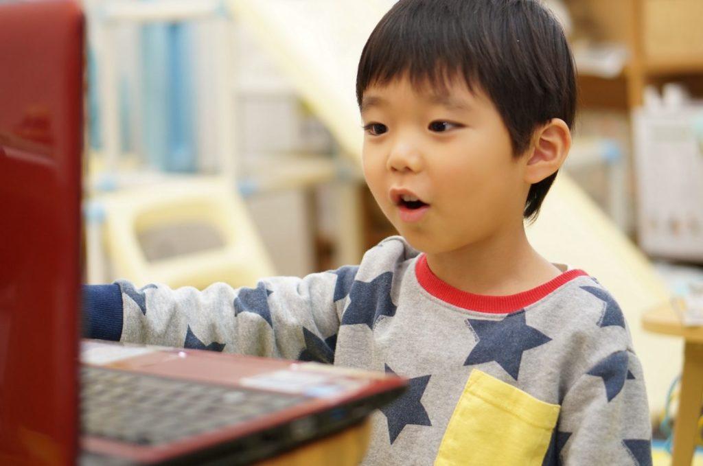 プログラミングをする男の子