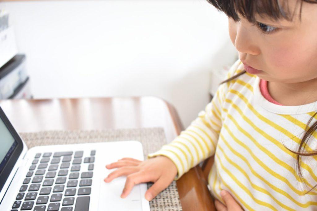 プログラミングをする女の子