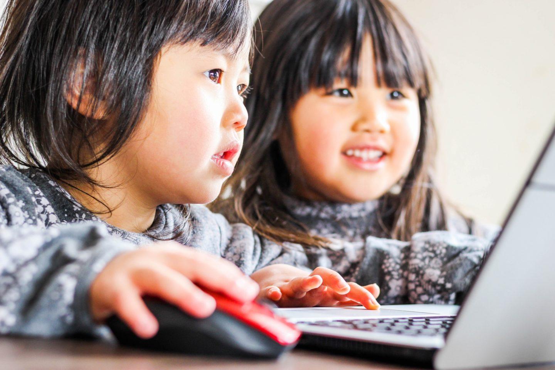 プログラミングをする2人の女の子